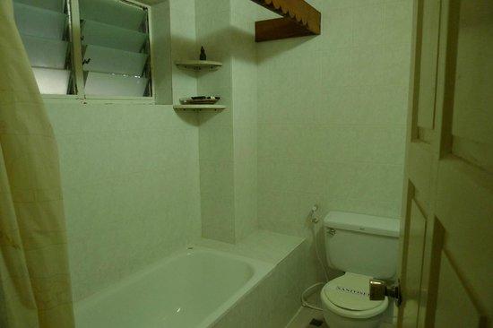 4aec9-kumudara-hotel-bathtub.jpg