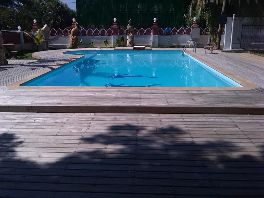 68aa5-lawkanat-hotel-swimming-pool.jpg
